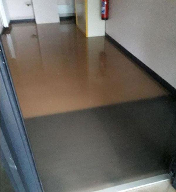 Les couloirs et les salles de classe sont recouverts par une couche d'eau et de boue.