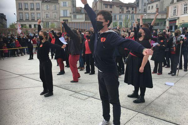 A Limoges, pour le 1er mai, les intermittents et précaires qui occupent le théâtre de l'Union ont créé une surprise chorégraphiée