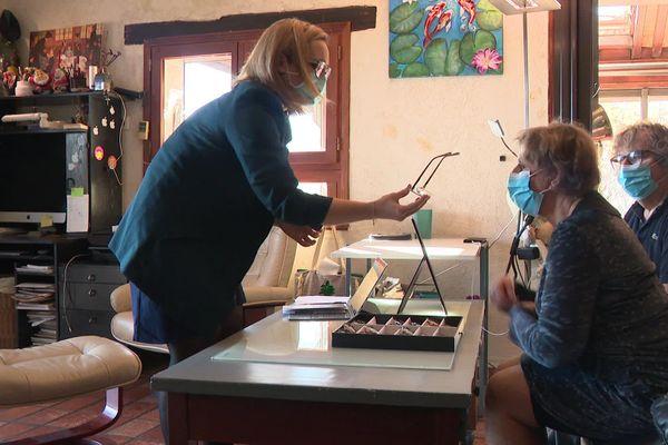 Avec Mélanie Sion, opticienne à domicile, l'essayage des montures se fait au salon.