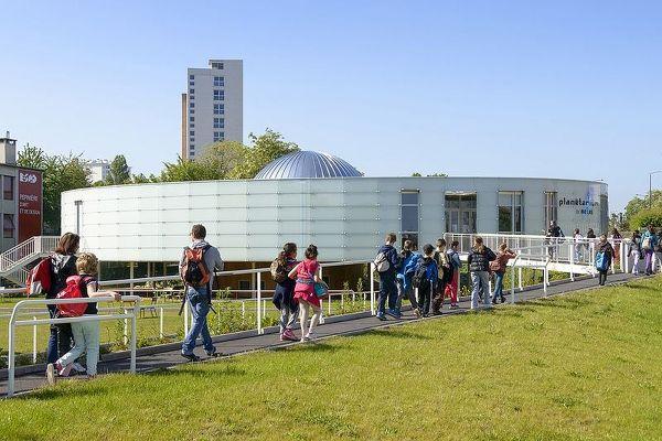 Le planétarium accueille encore des classes, en période scolaire.