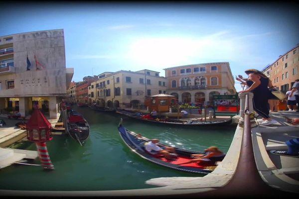 Un aperçu de ce que l'on peut voir dans le casque de réalité virtuelle : ici les gondoles de Venise