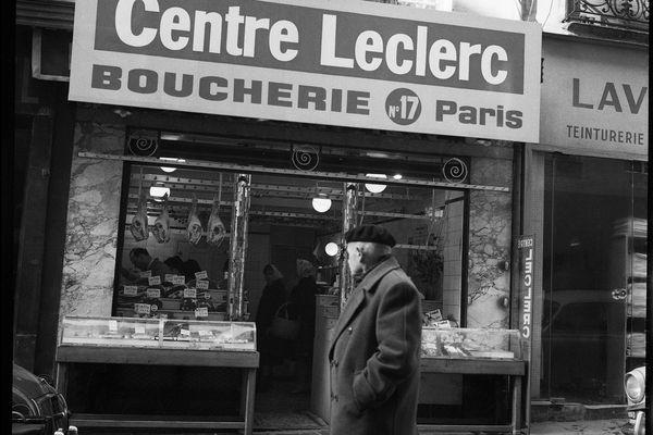 Passant devant une boucherie « Centre Leclerc », Paris, 1963.