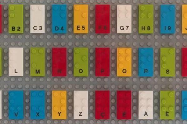 Les picots des briques de Lego sont modifiés de façon à former des lettres de l'alphabet braille.