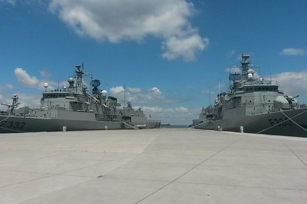 Illustration - Deux navires de la Marine portugaise dans le port de Lisbonne.