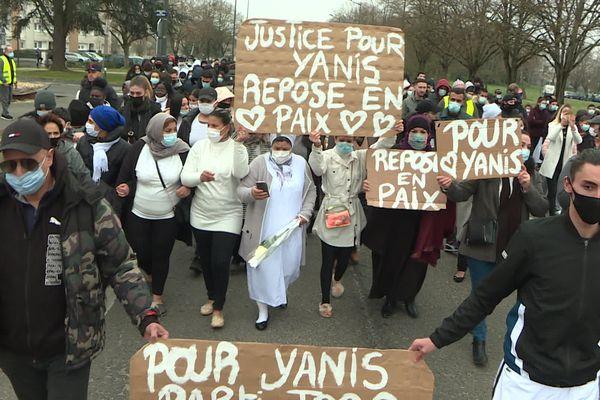 """""""Justice pour Yanis, repose en paix"""" sur une pancarte, lors de la marche blanche."""