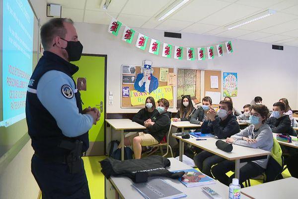 David Huguet présente les délits et sanctions liés au cyberharcèlement aux élèves du collège Le Savouret, à Saint-Marcellin.