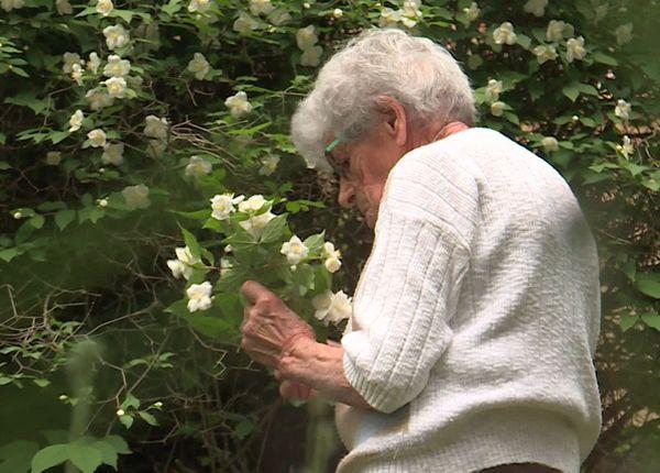 Rosina dans son jardin