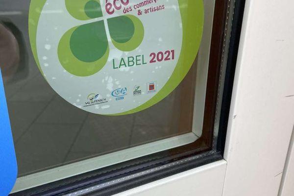 """Macaron certifiant de la labellisation """"éco-défis"""" au salon de LD' Coiff"""