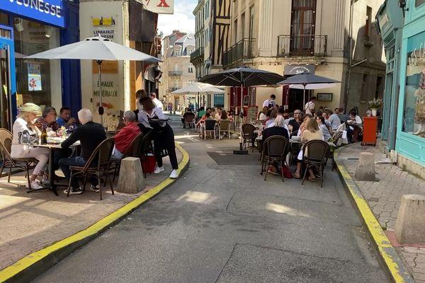 Assouplissement des règles sanitaires mercredi 9 juin 2021 : un air de fête dans les rues de Limoges.