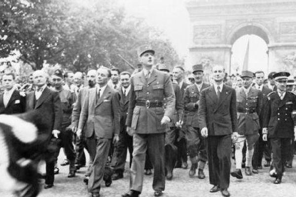 Le Général de Gaulle descend les Champs-Elysées vers Notre-Dame, le lendemain de la libération.