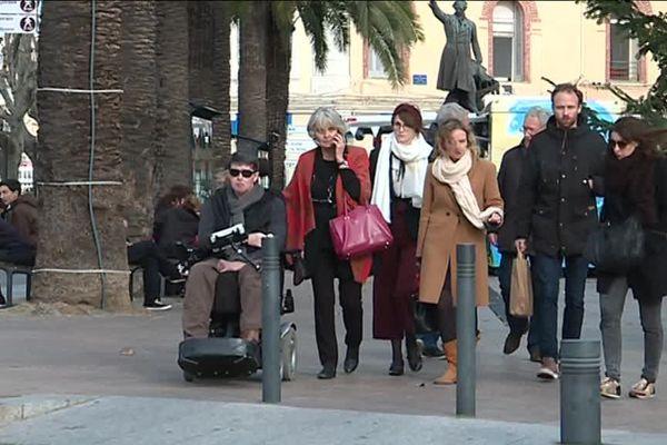 Perpignan (66) : arrivée du photoreporter David Sauveur, entouré de sa famille, le premier jour du procès de ses 3 agresseurs l'ayant frappé en 2011 à Collioure.
