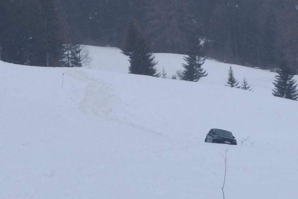 Une voiture bloquée dans la neige au col du Mont Cenis ce vendredi 12 février 2021.