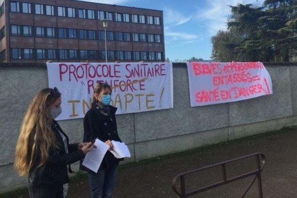 Plusieurs enseignants se sont rassemblés ce matin devant le collège Paul Bert pour dénoncer le protocole sanitaire mis en place depuis la rentrée de novembre.