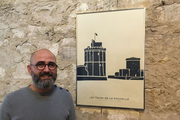 Quentin Delouette dessine les monuments du département sur affiche, tasse et sac.