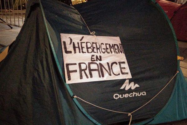 Une tente de migrant lors d'une manifestation pour l'accueil des migrants et réfugiés en France.