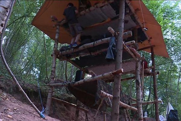 Les scouts construisent eux-même leur campement en bois avec les techniques de froissartage.