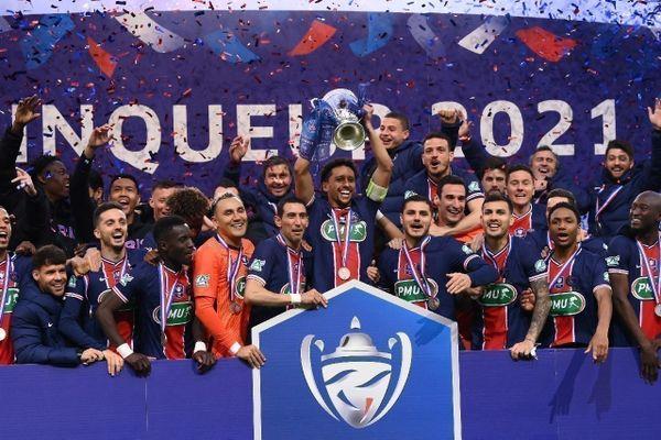 Le défenseur brésilien du Paris-SG, Marquinhos, brandit le trophée de la Coupe de France après la victoire de son équipe en finale contre Monaco, au Stade de France, le 19 mai 2021. (©AFP/FRANCK FIFE)