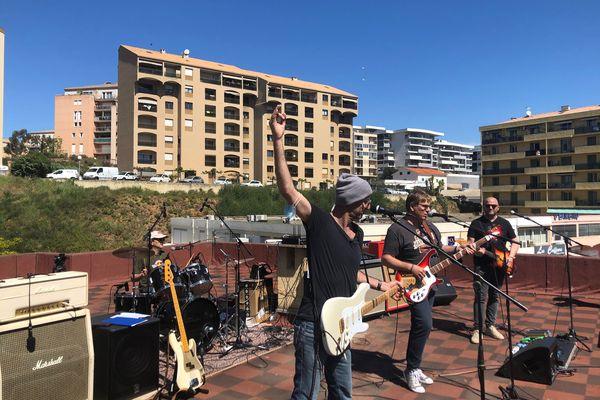 """Dimanche 25 avril, le groupe de rock ajaccien """"The Dudes"""" a créé la surprise en offrant aux passants plus d'une heure de musique."""