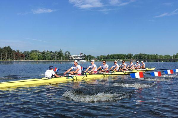 Le huit de l'équipe de France juniors d'aviron à l'entraînement sur le lac d'Allier à Vichy