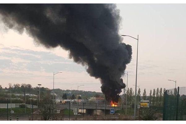 Un immense panache de fumée jeudi 9 avril à Besançon