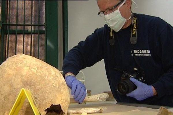 L'un des ossements humains retrouvés à Mont-sur-Monnet examiné par les gendarmes