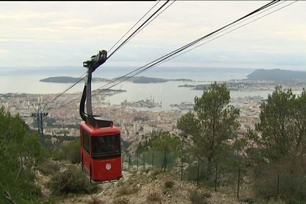 Rouge et noir, le nouveau téléphérique propose une vue panoramique sur Toulon.