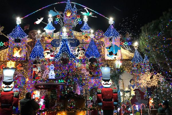 Chaque année depuis une dizaine d'années Jordan Houdoux transforme sa maison en palais lumineux à Francheleins (Ain).