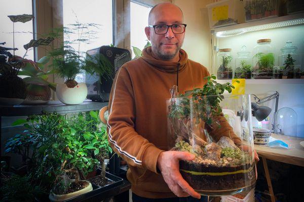 Entre les mains de Sébastien Boess un terrarium, parcelle de nature miniature