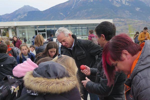 Les conseillers généraux des Hautes-Alpes ont participé à la distribution aux côtés des élèves.