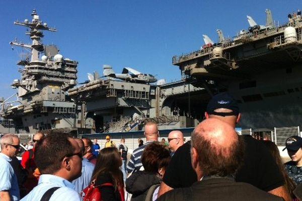 """le porte-avions nucléaire américain """"USS George W. Bush"""" fait escale à Marseille."""