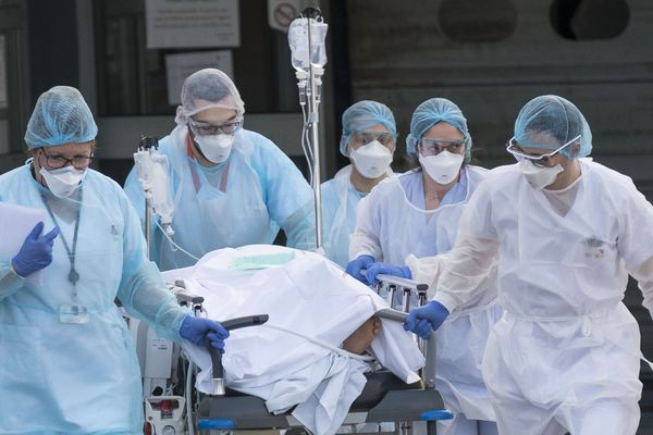 A travers toute la France, les personnels soignants font face à l'épidémie de coronavirus dans des conditions particulièrement difficiles.