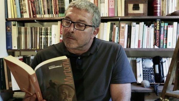 Marc Biancarelli dans sa bibliothèque