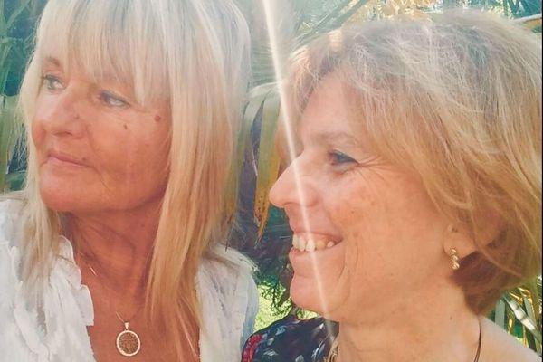 """Isabelle Lescellière (à droite) a retrouvé """"la liberté"""" depuis son opération et a toujours pu compter sur le soutien de son amie Cathy Belliot (à gauche)"""