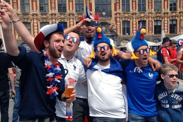 Supporters de l'équipe de France de Football sur la Grand'Place de Lille avant le match contre la Suisse durant l'Euro 2016.