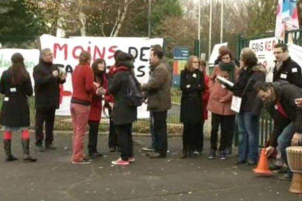 Les professeurs du collège Mendès-France de Méru (60) étaient en grève ce lundi pour protester contre la nouvelle carte de REP définie par le Rectorat.