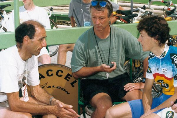 Jean-Pierre Demenois, assis au centre de Patrice Ciprelli et Jeannie Longo au Vélodrome d'Hyères en 1998, deux ans après le record du monde de l'heure femmes (48,159 km) réalisé à Mexico par la championne française.