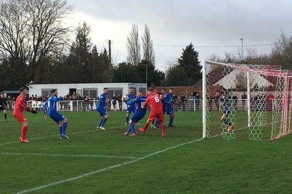 Les joueurs de Nesle (Somme) n'ont pas réussi à revenir à hauteur de Gravelines (en bleu) après l'ouverture du score.