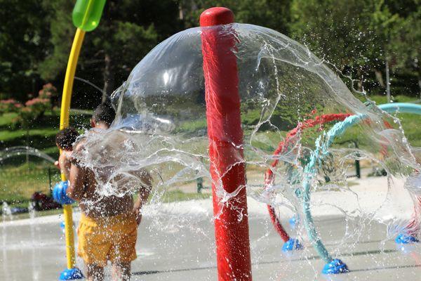 De plus en plus de fontaines et de jeux d'eau en ville , comme ici à Aix-en-Provence.
