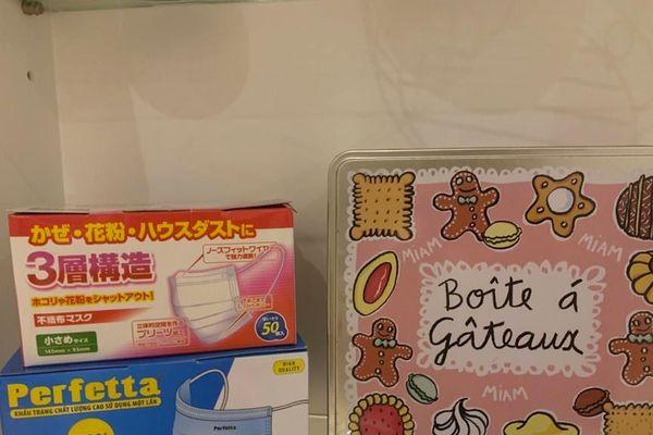 Les boîtes de masques, sur une étagère de la cuisine, à côté de la boîte de gâteaux. Deux tailles, ceux pour les enfants et ceux pour les parents.