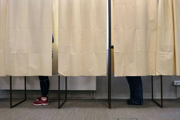 Isoloirs dans un bureau de vote des Hauts-de-France, le dimanche 15 mars 2020 pour le premier tour du scrutin des élections municipales.