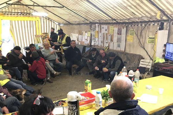 Les gilets jaunes de Montceau-les-Mines ont installé une télévision dans leur camp pour suivre le discours d'Emmanuel Macron, jeudi 25 avril