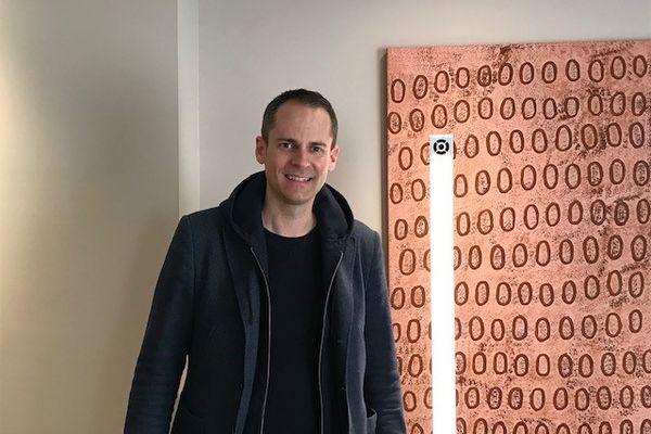 Olivier Moyen P.D.G de LOD' AIR devant une de ces lampes qui désinfecte l'air des virus et bactéries