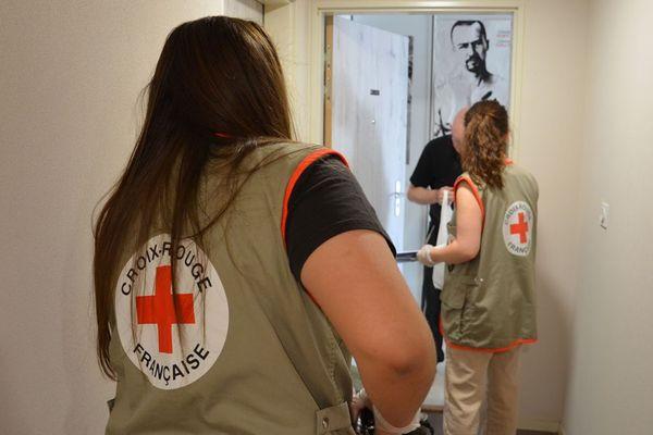 """Pendant le confinement, le service """"Croix-Rouge Chez Vous"""" a été lancé pour aider les personnes âgées, isolées ou fragiles qui ne pouvaient pas sortir de chez elles."""