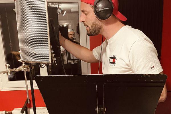 """Sir Yris dans le studio d'enregistrement pour """"Allez les Bleus""""."""