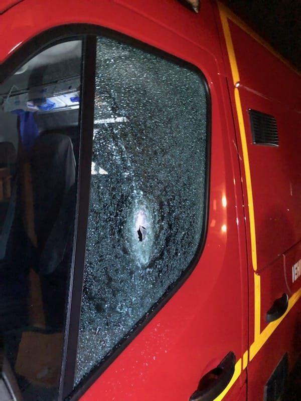 Un des tirs a transpercé la vitre de l'ambulance côté conducteur.