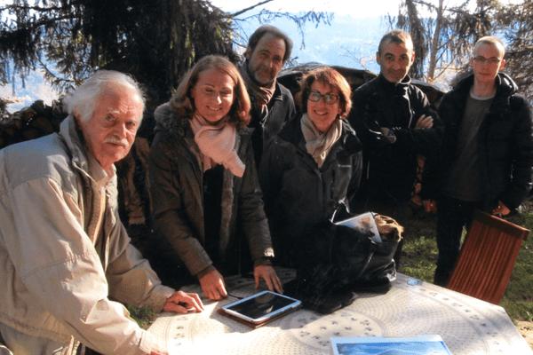 Georges Haas (à gauche), propriétaire du chalet suisse, avec l'équipe du tournage.