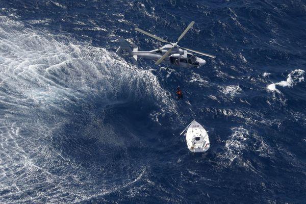 La skippeuse a été hélitreuillée à 50 milles nautiques à l'est de Toulon.