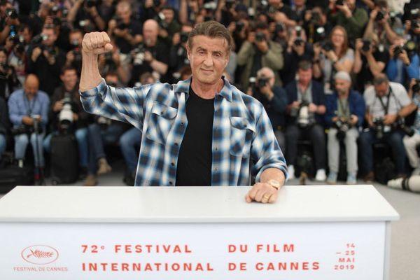 Sylvester Stallone, de passage à Cannes ce vendredi, montre -encore- les muscles pour promouvoir Rambo V.