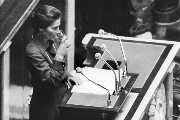 Simone Veil à l'Assemblée Nationale pendant les débats sur l'IVG.