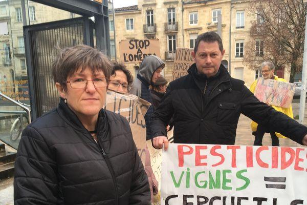 Sylvie Berger, entourée de ses soutiens, devant le tribunal. L'ouvrière qui travaillait dans les vignes veut faire condamner son employeur.